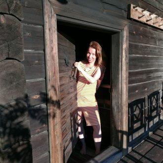 Saunoja saunatrikoot päällä savusaunassa | A bather with Sauna suit in Smoke Sauna | En badare med baddräktdräkt i rökbastu | Купальщица с Костюмом для сауны в дымовые сауны